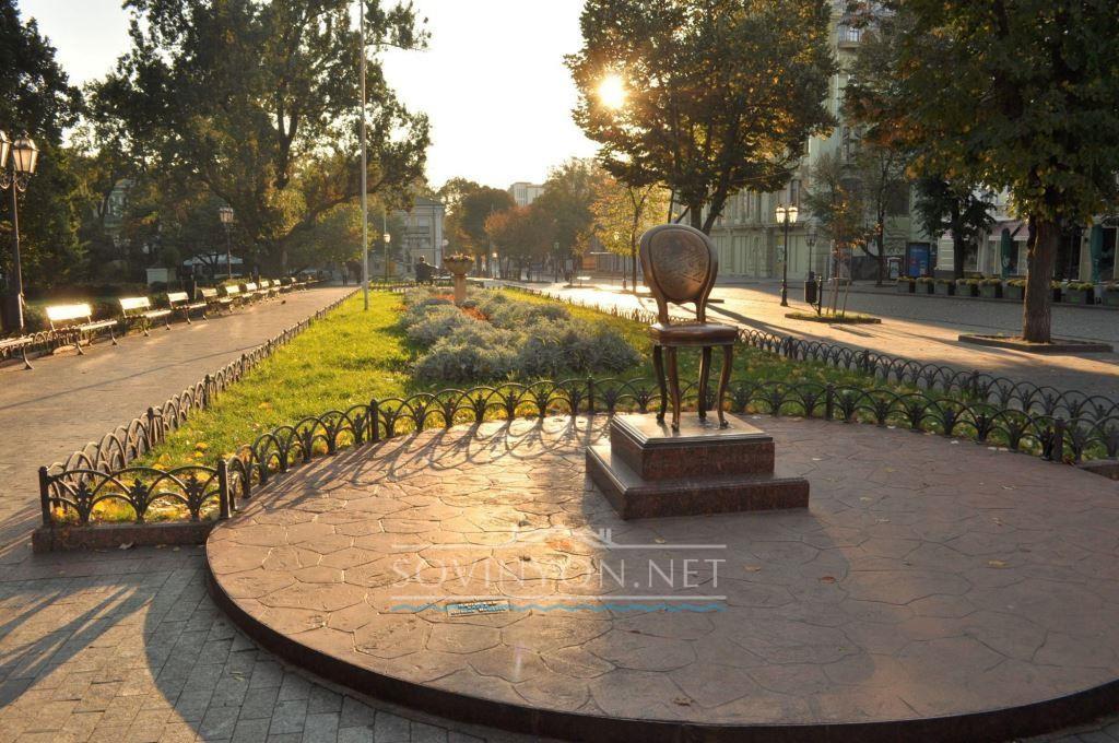 Памятник Ильфу и Петрову 12 стул Одесса