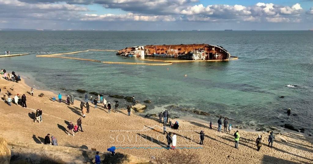Пляж дельфин с затонувшим судном
