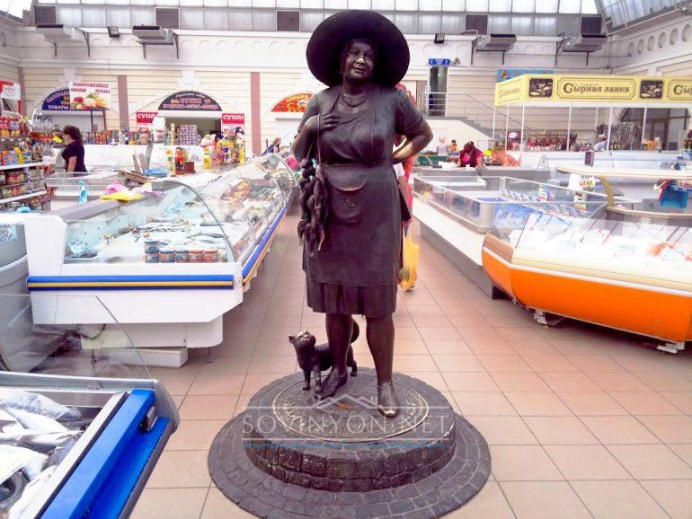 Памятник Рыбачке тете Соне на Привозе фото