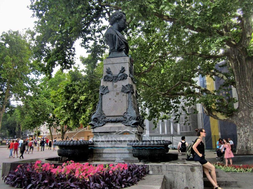 Памятник Пушкину у мэрии